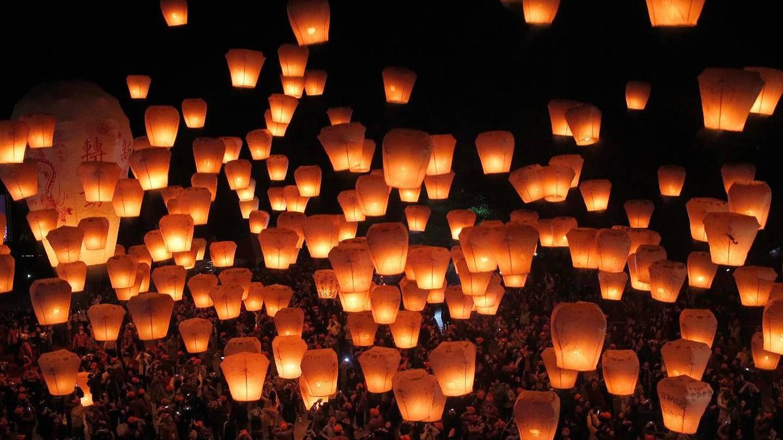Kinesiske lykter mot nattehimmelen